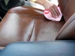 車内用クリーニング/ルームクリーナーは、表面に付いた汚れだけでなく、シワの奥まで微細な泡が入り込み、根こそぎ汚れを取り除きます