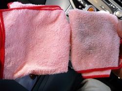 車内掃除クリーナーを使って車の中の汚れを拭き取った後のクロスはこのとおり!使用前のクロスと比べると、車内の汚れ落ちが一目瞭然!