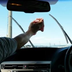 フロントガラスの内側に付着した水滴跡などで視界が見えづらいと運転時のストレスにも。車内クリーナーで除去して視界クリア!