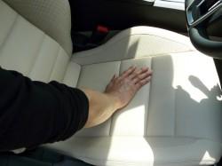 シートの黒ずみ・皮脂・油汚れを車内お掃除クリーナーでお手入れした後の手触りはサラサラに!嫌なベタベタ感・べとつきはありません。