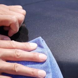 洗車後の拭き上げにマイクロファイバーセームを使っていれば、そのまま軽くなじませるように汚れやシミを拭き上げればスッキリ除去