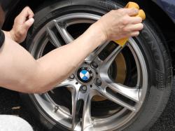 愛車のタイヤにタイヤ用コーティング剤を塗り込めば、黒々と鮮やかに光り輝き、さらに重厚感が増します