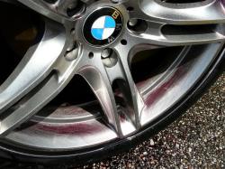 ブレーキダストや鉄粉が付着しやすいホイール(欧州車)に鉄粉除去剤を吹き付け、3〜5分後、鉄粉が反応し紫色に変色した状態