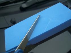 硬化系ガラスコーティング『D・アーマー(D・Armor)』〔MG-01150〕の施工スポンジは手ごろな大きさに切って使うのがポイント