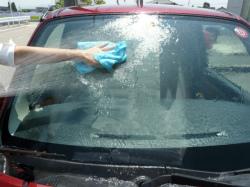 ガラス用コンパウンド 『ガラスリフレッシャー』でフロントガラスを磨き終わったら、クロスなどで撫でながら洗い流します