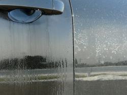 凍結防止剤(塩化カルシウム)の付着した車のボディに鉄粉除去剤を塗布後、しばらく放置する