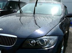 カーシャンプー『パーフェクトシャンプー』で洗車をする際は、まず車のボディーについた汚れを水を勢いよくかけて洗い流します
