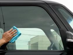 車のガラス用撥水コーティング「スーパービュークリア」を塗り込み、10分ほど乾燥させたら優しく乾拭きして完成です