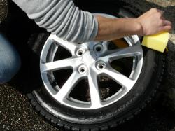 タイヤコーティング剤をタイヤ用ースポンジにワンプッシュ程度ずつ垂らしすり込むように、数回に分けて薄く塗り伸ばしていきます