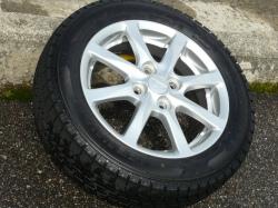 タイヤ全体にタイヤ用コーティング剤を塗り込んだらそのままの状態で10分程度放置します