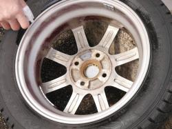 ジャッキアップしてタイヤを外すとブレーキダスト(鉄粉)のこびり付いたアルミホイールの裏側まで鉄粉除去剤でお手入れできます。