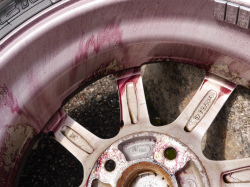 鉄粉除去剤をスプレーするとアルミホイールにこびり付いた鉄粉(ブレーキダスト)の錆に反応して溶かしだし紫色になって分離させます