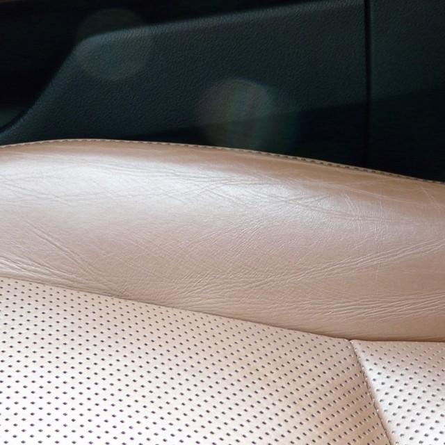 車の内装用お掃除クリーナーでお手入れした後は、シートのテカリ・汚れが落ちて明るくなり、シワも伸びて手触りもスベスベになります