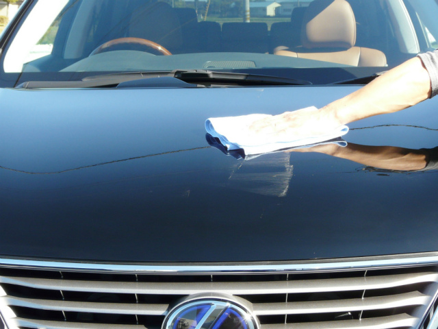 コーティング剤が白く乾いたら乾いたクロスで丁寧に拭き上げます。コーティングの厚塗りなどでムラになった場合は水拭き乾拭きをします