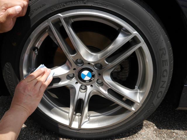 ブレーキダストでお困りの輸入車(欧州車)のホイールを効果的にガードするホイールコーティング剤をBMWのホイールに塗り込みます