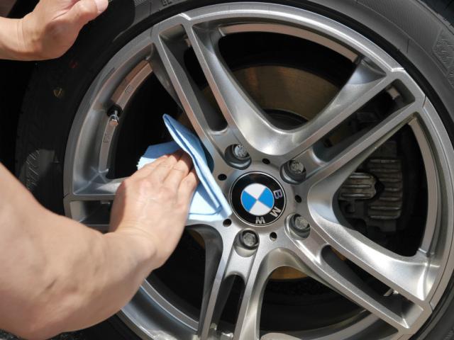 BMWのホイールに塗り込んだホイールコーティングを拭き上げて、ブレーキダストからホイールを効果的にガードします