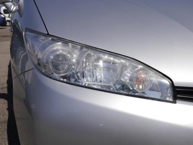 洗車機で洗車キズがついて傷ついているうえ、経年劣化でうっすら黄ばみ白くくすんでしまったヘッドライトは古い車の印象1