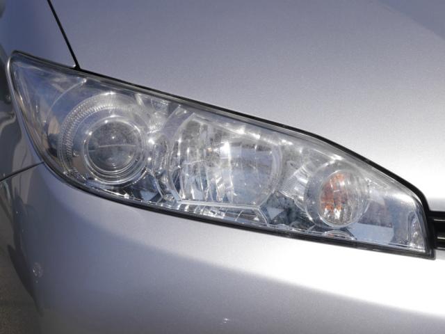 いかにも古い中古車にしか見えないくすんで白ボケしたヘッドライト。洗車機による洗車傷(キズ)も多数ありメンテナンスが急務の状態です