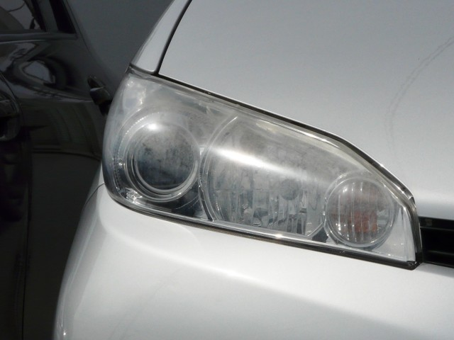 洗車機で傷ついているうえ青空駐車で風雨にさらされて白くくすんでしまったヘッドライト。まるで中古車のような古臭い印象です