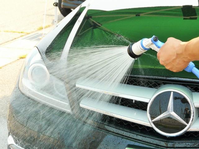 クリーナーを含ませた洗車スポンジで虫汚れや鳥フン汚れが落ちたら、スグに水をかけて残った汚れとクリーナー成分を流します