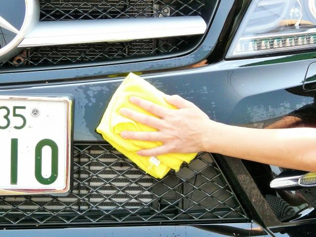 車のボディやガラスなどに付着した虫汚れや鳥フンに軽くなじませるようにやさしく拭き上げてムシの死骸や鳥フンを拭き取ります