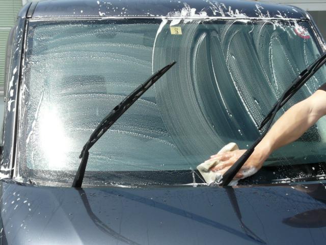 車のウィンドウガラスのメンテナンス・ケアもまず洗車から。ガラスに傷をつけないようカーシャンプーで洗車して砂や汚れを落とします