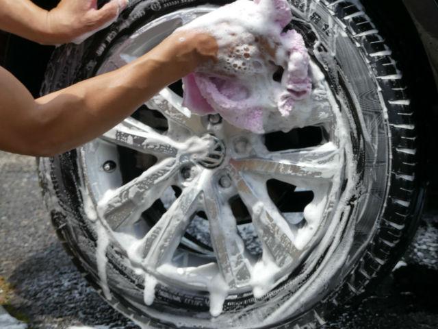 車のホイールやグリルなどの細かい部分も毛足の長いマイクロファイバークロスならしっかり洗える!隙間に入り込んで汚れをかき出します。