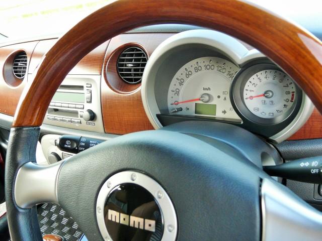 ハイブリッドナノガラスから登場したクルマの車内専用クリーナー・ルームクリーナーを使って綺麗にしたダイハツ・ミラジーノの運転席周り