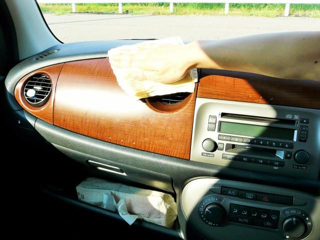 ルームクリーナーを使用する際は車内が冷えた状態、特に夏場は朝夕などに施工してください。焼けている状態では使用しないでください。