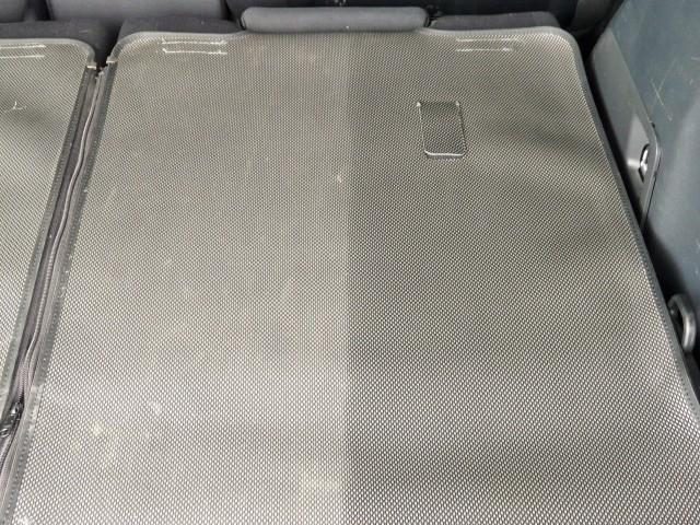 向かって右半分にだけマイクロファイバークロスとルームクリーナーを使って拭き上げた状態。乾いても汚れは綺麗に除去されています