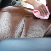 革シートのテカリやベタつきを、素材を選ばない安心して使える中性クリーナーで拭きあげると、皮脂・手垢・黒ずみが除去できます。
