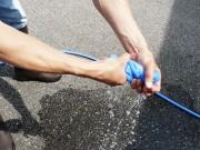 マイクロファイバーセームを十分濡らしたらシッカリ絞り、水気を切ってから洗車後のボディやガラスに残った水滴の拭き上げに使用します
