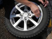 洗車のあとアルミホイールやタイヤが乾燥してからホイールコーティング剤とタイヤコーティング剤を施工します