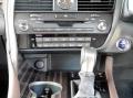 シフトレバー部分は手垢や手汗でベタつきやすく、臭いの元となることも。クリーナーで汚れを除去していつも清潔感ある車内に。